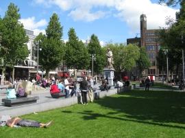 Iedereen ontspannen genietend in de zon.
