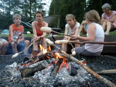 Broodjes bakken boven het vuur. Je moet even geduld hebben, maar daarna heb je ook wat.
